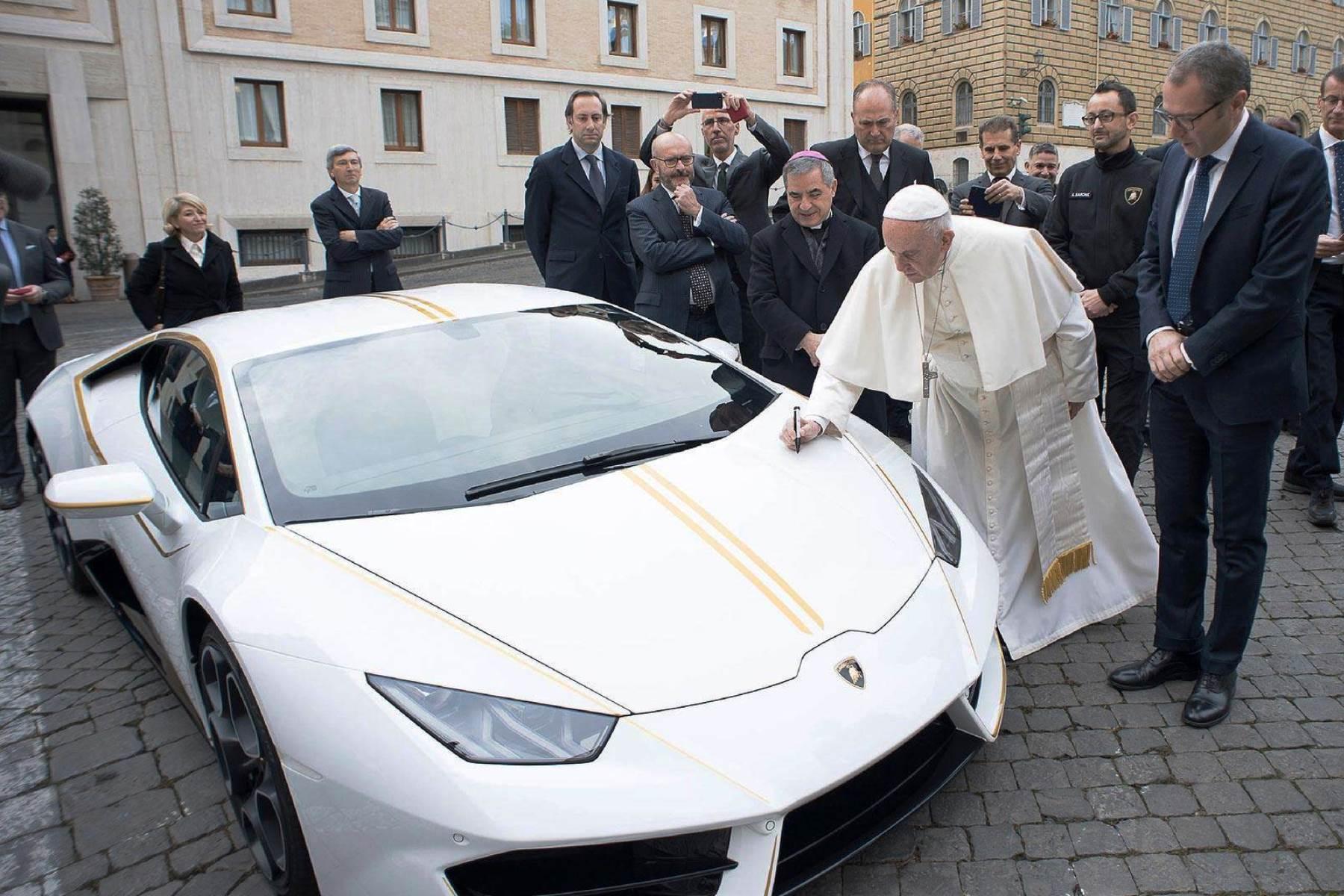 Pope Francis signs special Lamborghini Huracan