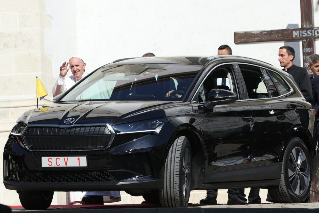 Pope Francis travels in skoda enyaq iv