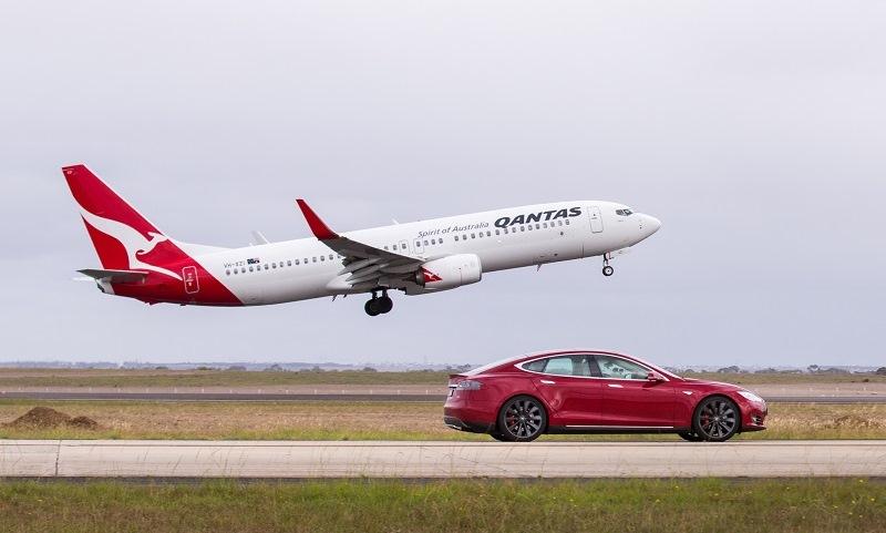 Tesla Model S P90D vs Qantas Boeing 737-800